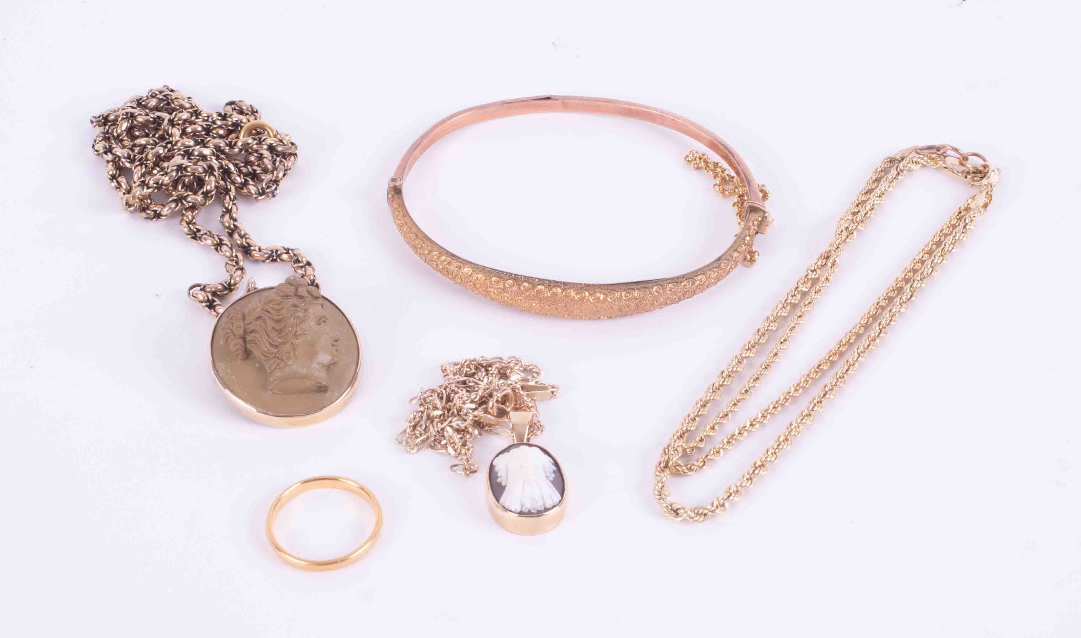 A bag of mixed gold to include 9ct yellow & rose gold bangle, 9ct yellow gold bracelet, 9 ct
