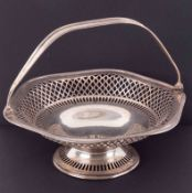 An Edwardian silver swing fruit basket, Chester, 1909, S.Blankensee, diameter 25cm, 15oz.