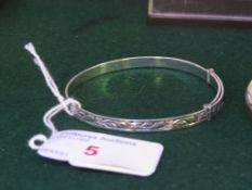 WHITE METAL FOLIATE ENGRAVED BANGLE STAMPED SILVER, 0.2 OZT
