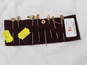 EIGHT STICK PINS INCLUDING GOLD EXAMPLES.