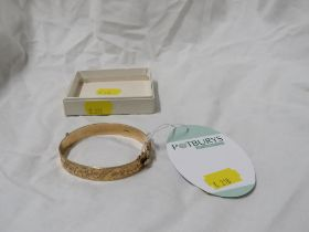 9 CARAT GOLD HALF ENGRAVED BANGLE WITH SAFETY CHAIN, MARKS FOR BIRMINGHAM, S.P.S&CO (WEIGHT 22G)