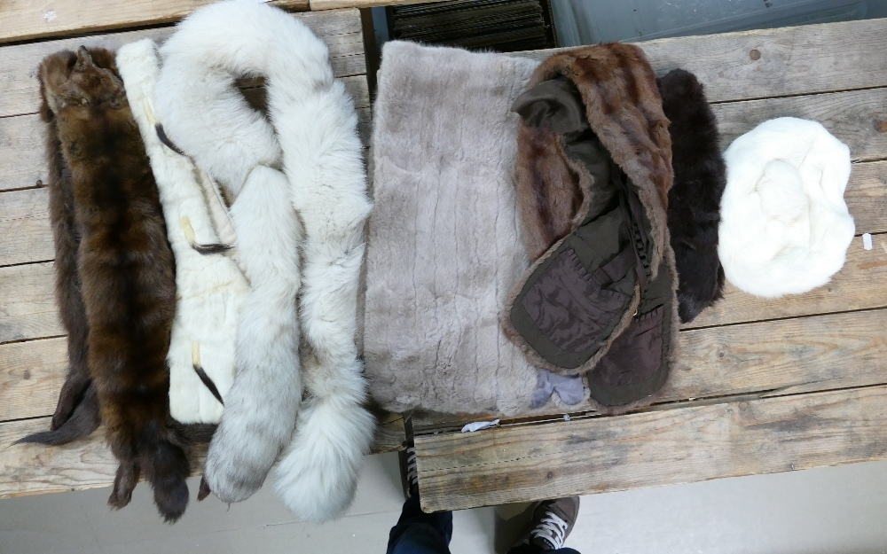 Collection of 7 fur items: Collar, stoles, wraps and a hat. (7)