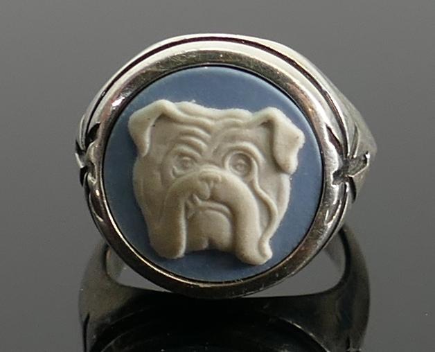 Silver blue Wedgwood jasperware bulldog ring: size K/L, 9.7g.