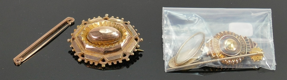 Collection of 9ct and 15ct jewellery: Four pieces including hallmarked 9ct gold bar brooch & un