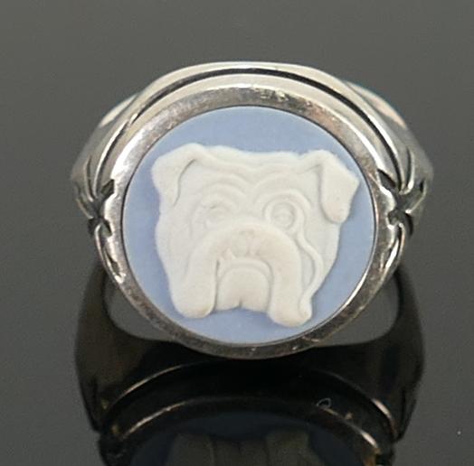 Silver blue Wedgwood jasperware bulldog ring: size O, 10g.