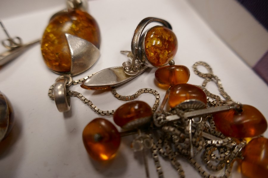 Selection of silver and amber jewellery to incl. earrings, pendants etc - Image 2 of 2