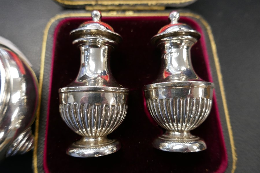 Two silver salts with Bristol blue inserts, a silver pepper and a cased set of two very nice peppers - Image 3 of 5