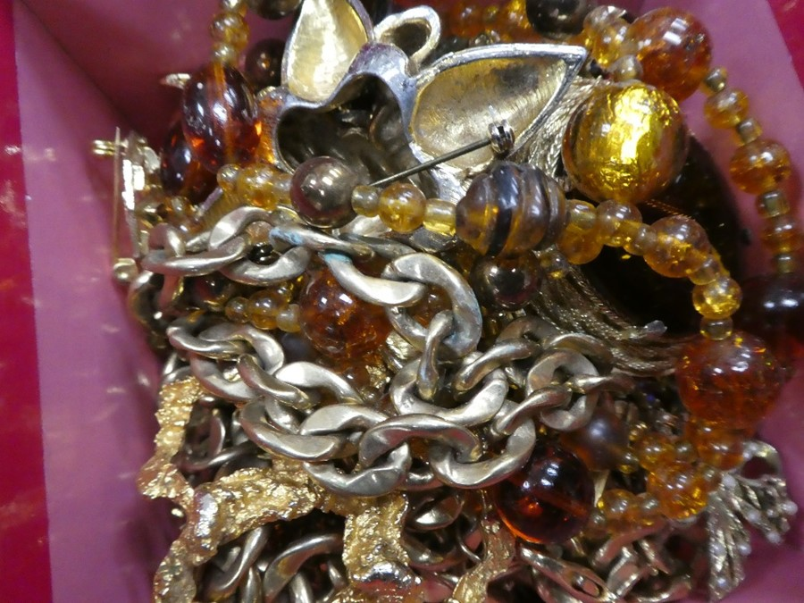 Box of costume jewellery to incl. necklaces, amber coloured beads, brooches etc - Image 2 of 4