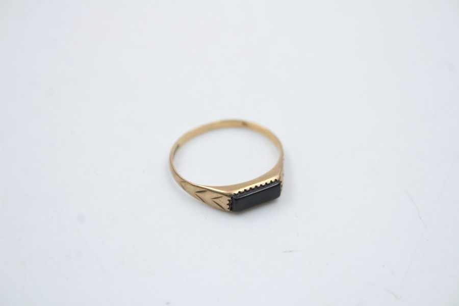 2 x 9ct Gold signet rings inc. onyx, engraved 1.9g - Image 6 of 9