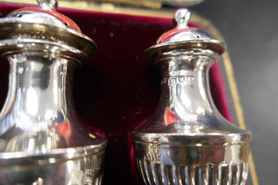 Two silver salts with Bristol blue inserts, a silver pepper and a cased set of two very nice peppers - Image 4 of 5