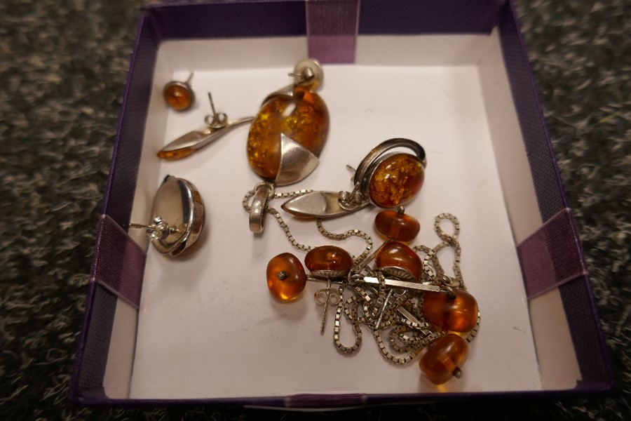 Selection of silver and amber jewellery to incl. earrings, pendants etc