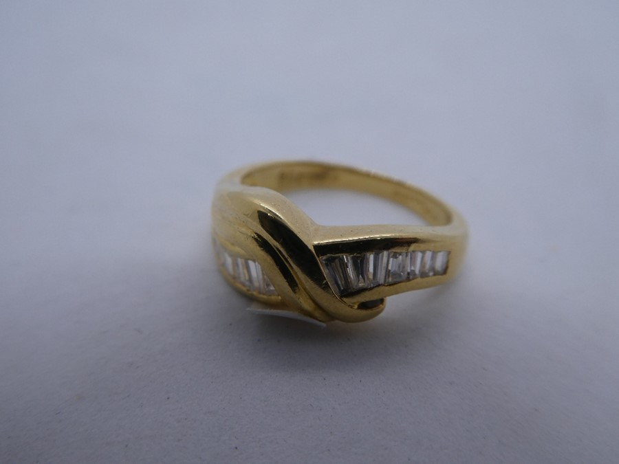 18ct yellow gold crossover design ring with tapered baguette cut diamond to shoulder, marked 750, ap - Image 3 of 4