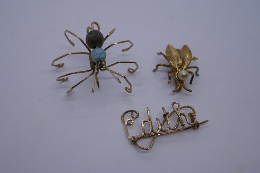 Yellow metal brooch in the form of a spider together with one of a fly with simulated pearl detail a - Image 2 of 2
