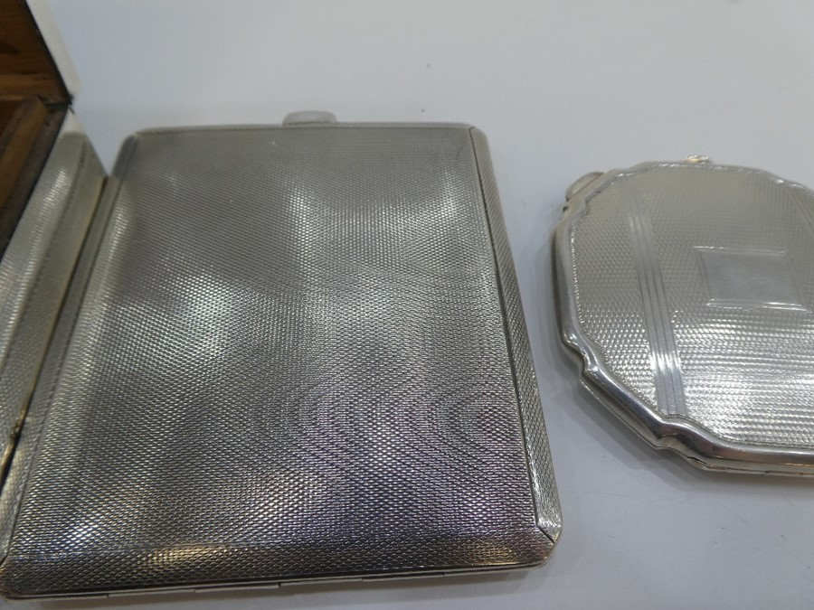 A silver compact of engine turned design along with a silver engine turned cigarette case with gilt - Image 3 of 5