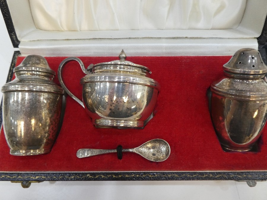 A silver lot comprising coffee spoons, hallmarked Sheffield 1932 Walker and Hall, silver salts, p - Image 4 of 5