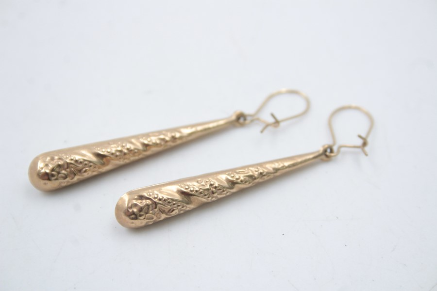 2 x 9ct Gold ornate drop earrings 3.2g - Image 2 of 5