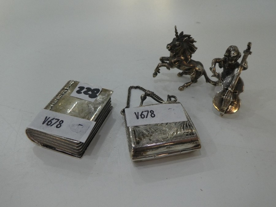 Very nice, pretty items comprising a miniature silver purse with foliate decoration, London 1993
