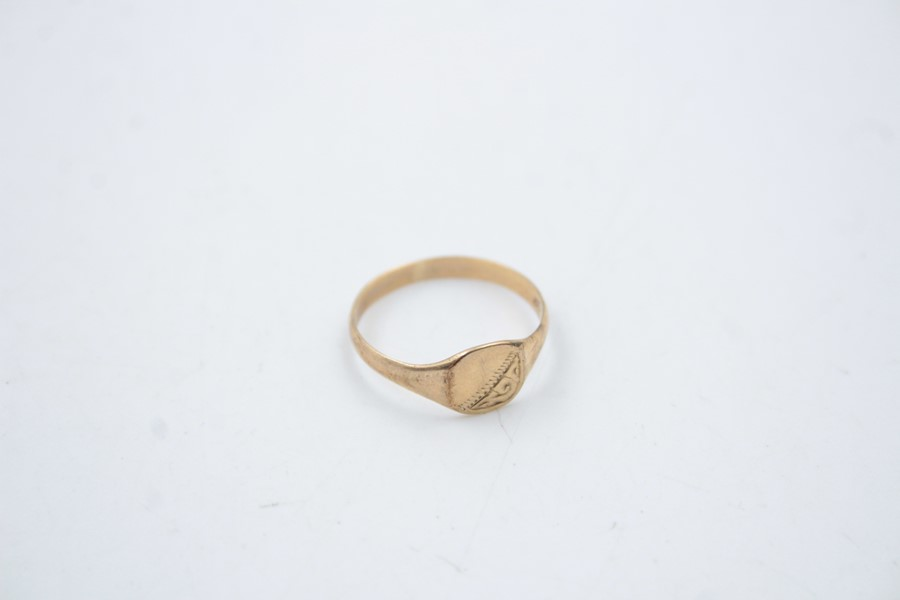 2 x 9ct Gold signet rings inc. onyx, engraved 1.9g - Image 2 of 9