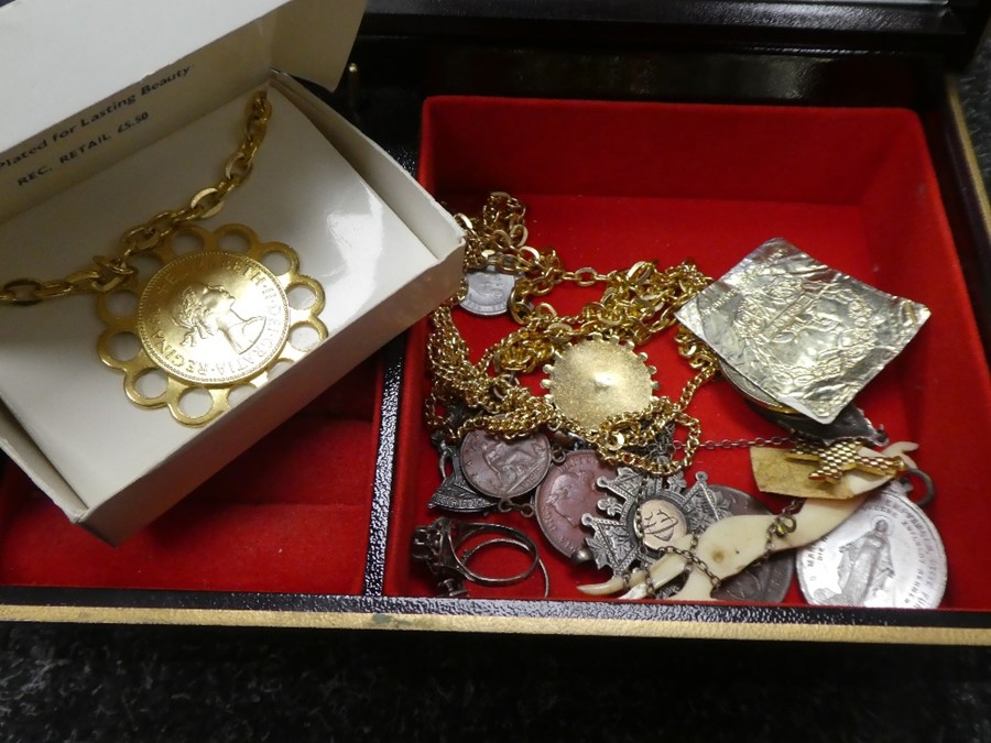 Costume jewellery to incl. coins, medallions etc