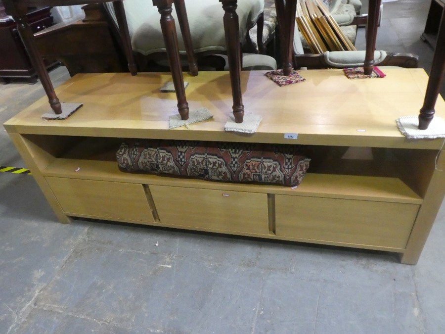 Contemporary light oak lounge unit with 3 base drawers - Image 2 of 3