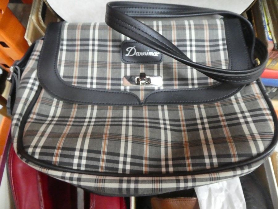A box of vintage shoes and handbags, some Italian, of various sizes - Image 3 of 3