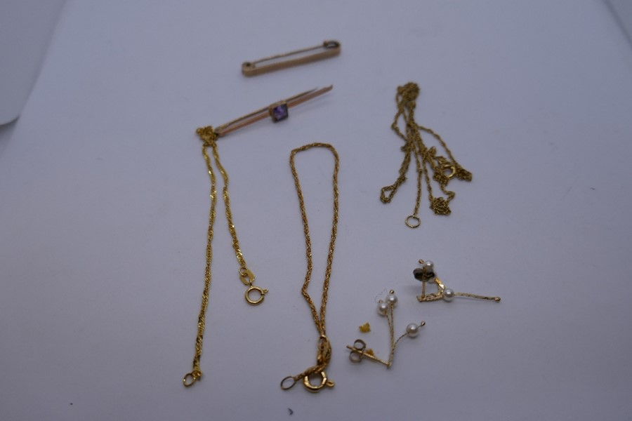 2 9ct yellow gold bar brooches, marked 9ct,, 2 9ct yellow gold bracelets and a 9ct gold chain 7.1g a