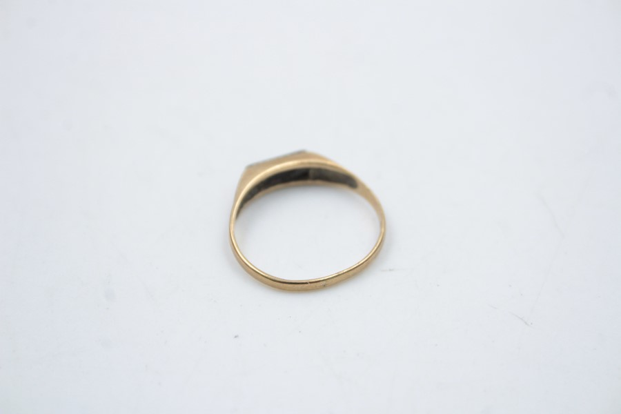 2 x 9ct Gold signet rings inc. onyx, engraved 1.9g - Image 8 of 9