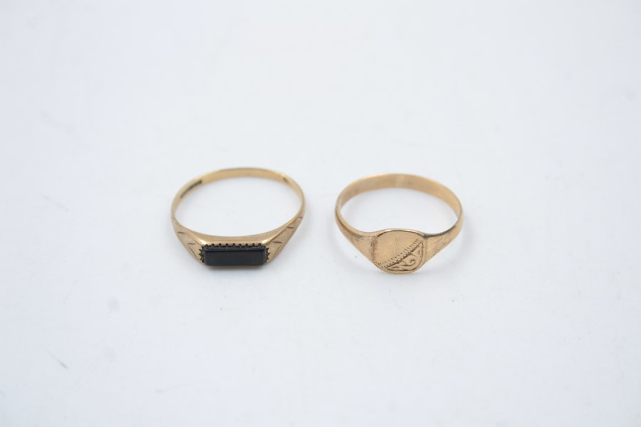 2 x 9ct Gold signet rings inc. onyx, engraved 1.9g