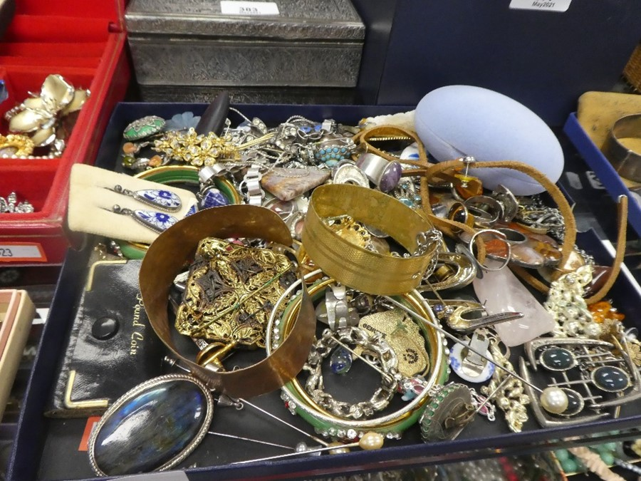 Tray of mixed costume jewellery including hardstone brooches, rings, necklaces, etc