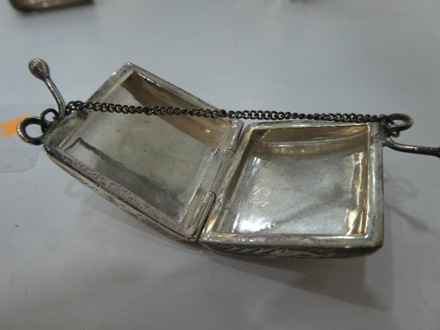 Very nice, pretty items comprising a miniature silver purse with foliate decoration, London 1993 - Image 3 of 6
