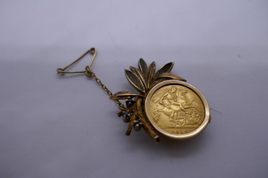 9ct yellow gold brooch in the form of a floral spray with a 1913 half sovereign, gross weight