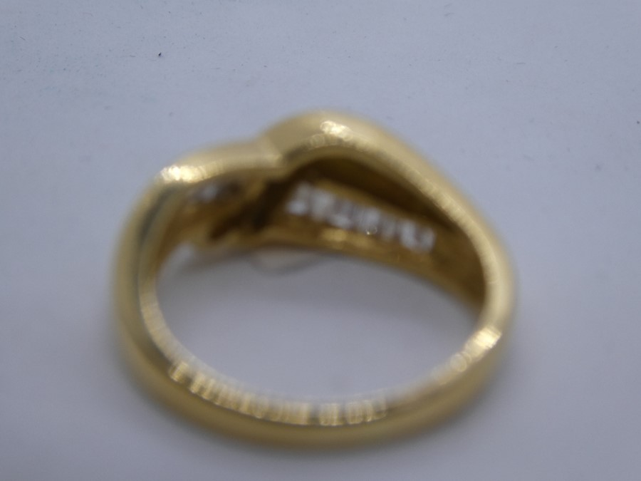 18ct yellow gold crossover design ring with tapered baguette cut diamond to shoulder, marked 750, ap - Image 4 of 4