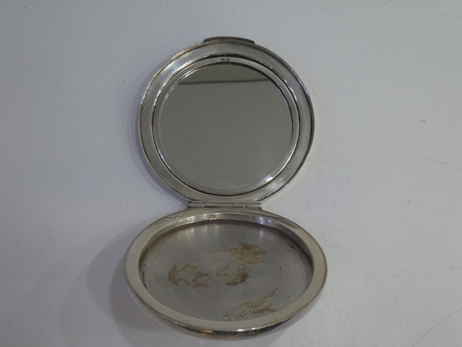 A decorative sterling silver compact mirror decorated with pretty stars. A decorative, ornate piece - Image 2 of 4