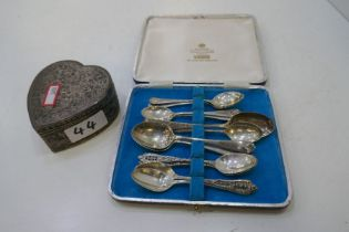 Twelve silver tea spoons to include Wallace Sterling American spoons, London, Birmingham and Sheffie