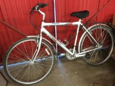 A Raleigh Oakland gents bicycle, having soft padded seat, luggage rack, Shimano gears, etc.