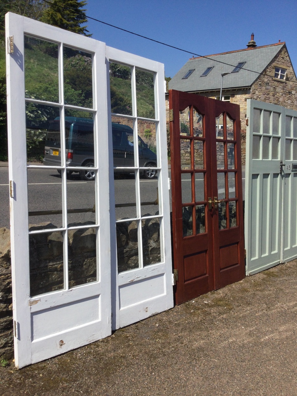 A pair of glazed hardwood patio doors with bevelled glass panes, having arched tops and fielded - Image 2 of 3