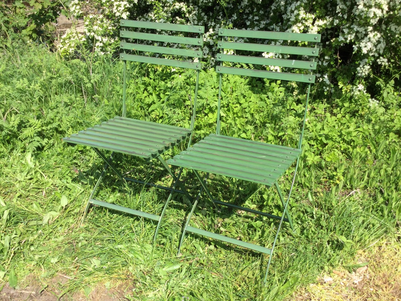 A pair of folding garden chairs with slatted backs & seats on shaped frames. (2) - Image 3 of 3