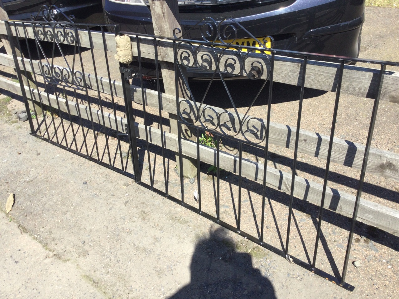 A pair of wrought iron driveway gates with vertical bars in rectangular frames, having scrolled - Image 2 of 3