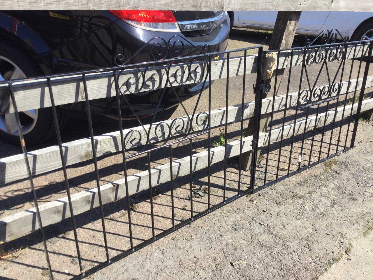 A pair of wrought iron driveway gates with vertical bars in rectangular frames, having scrolled - Image 3 of 3