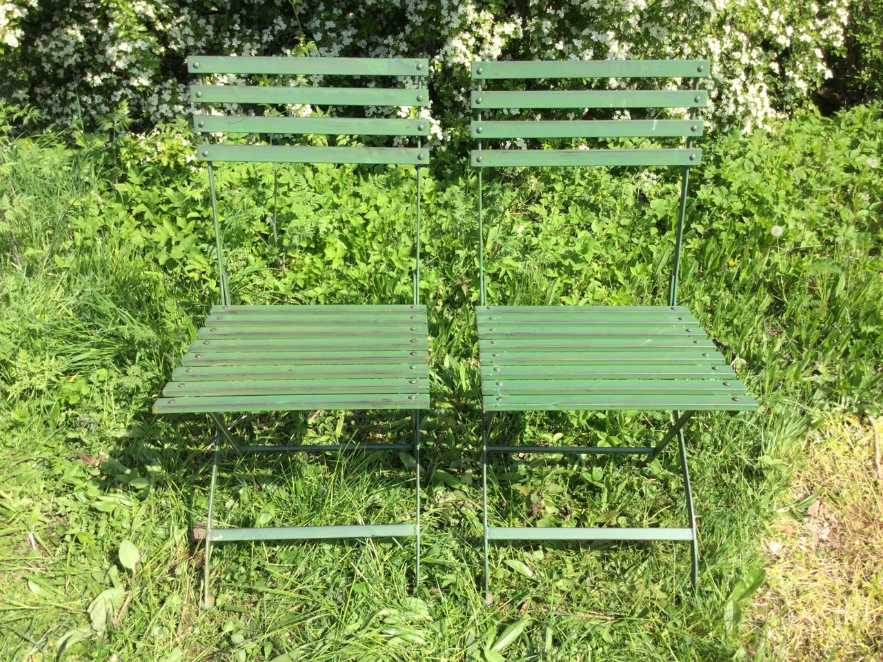 A pair of folding garden chairs with slatted backs & seats on shaped frames. (2) - Image 2 of 3