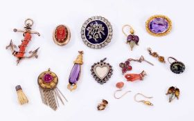 Group of sundry antique jewellery to include a Victorian amethyst brooch, paste and blue enamel broo
