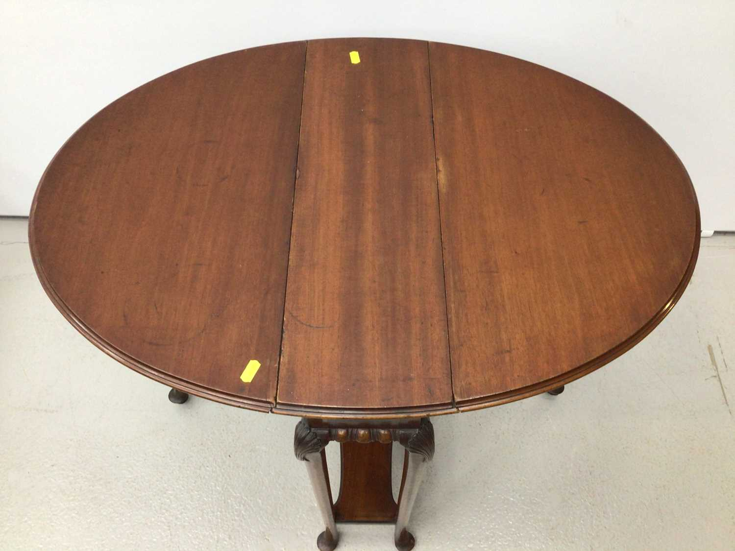 Mahogany oval Sutherland table on turned legs, 61cm opening to 83cm x 68cm high - Image 2 of 5