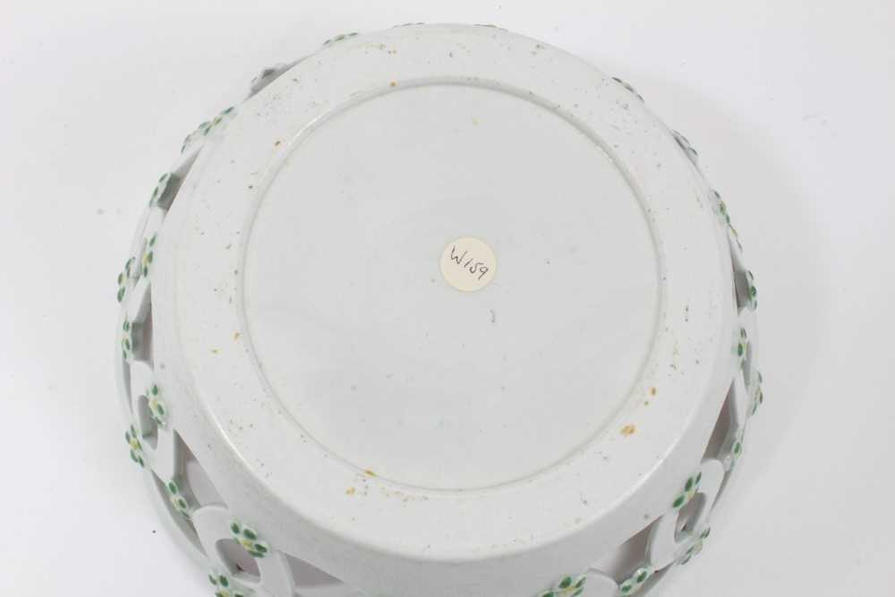 Worcester pierced round basket, circa 1770, polychrome painted with flowers, 19.75cm diameter - Image 5 of 7