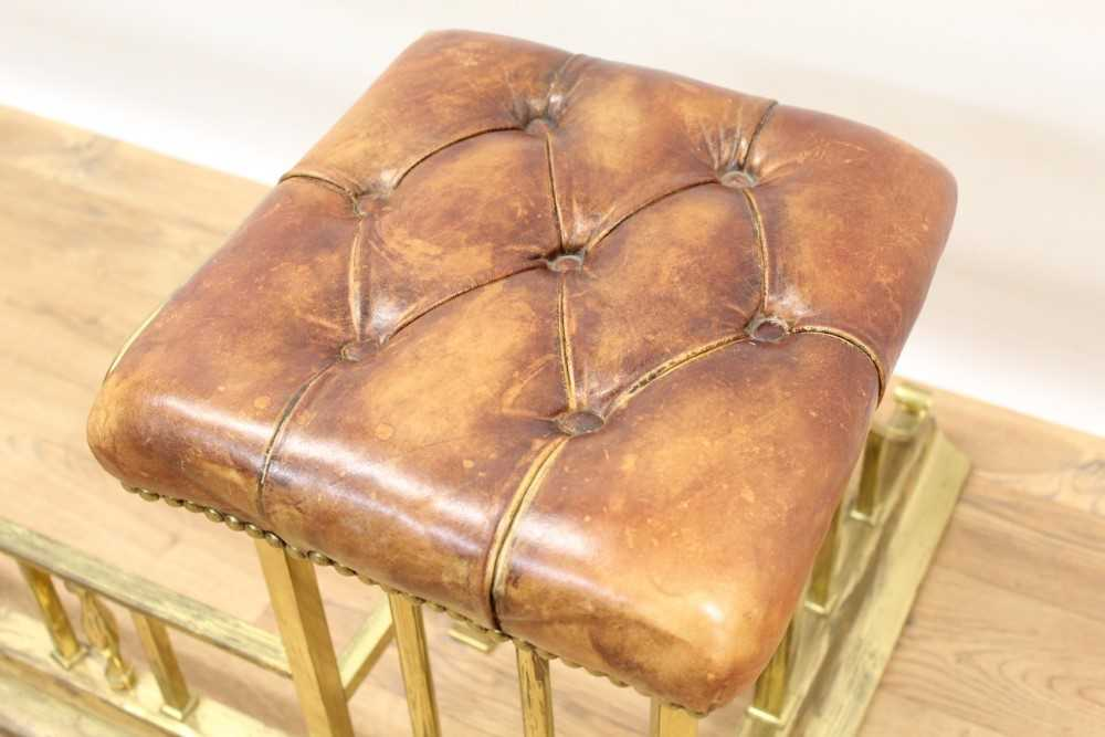 Brass and button leather upholstered club fender - Image 6 of 7