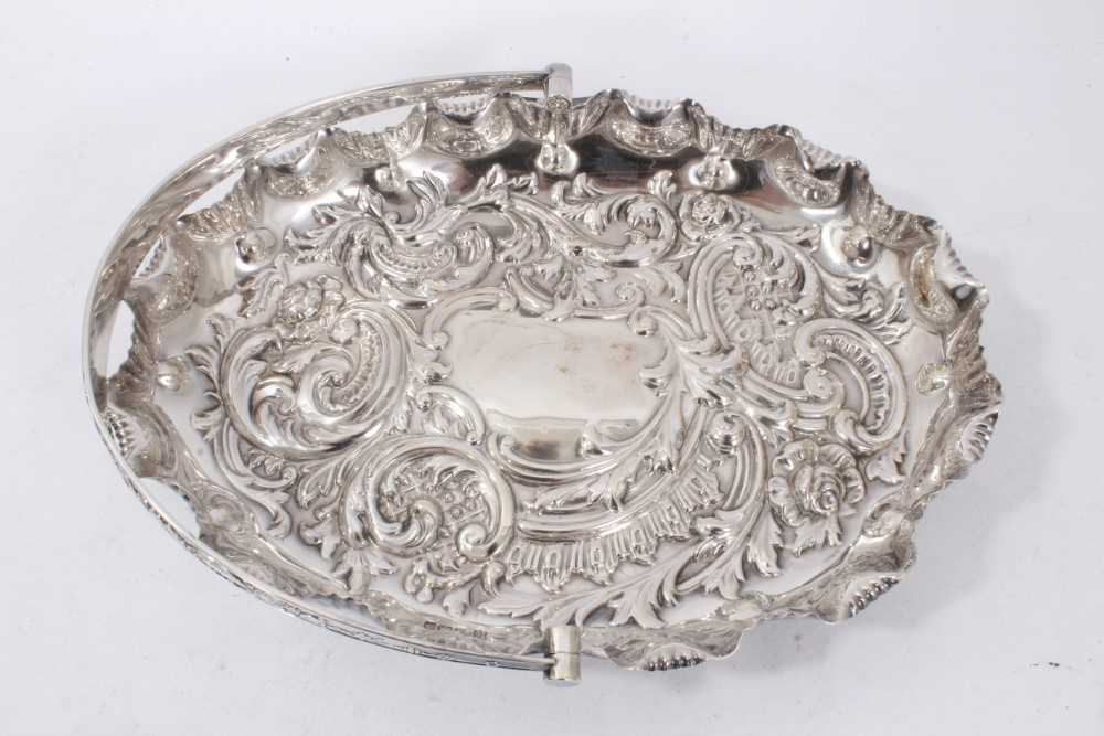 Edwardian silver swing handled dish of oval form, with shaped shell border - Image 2 of 5