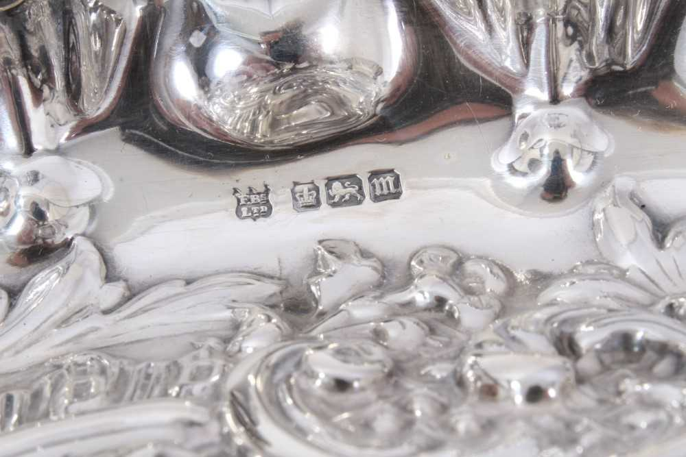 Edwardian silver swing handled dish of oval form, with shaped shell border - Image 4 of 5
