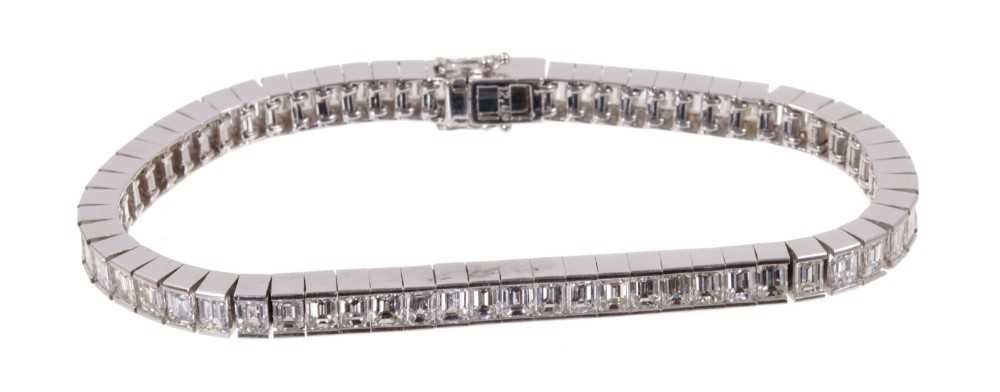 Diamond tennis bracelet with baguette cut diamonds in 18ct white gold setting, estimated total diamo