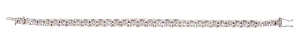 Diamond tennis bracelet with baguette cut diamonds in 18ct white gold setting, estimated total diamo - Image 4 of 4