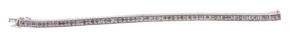 Diamond tennis bracelet with baguette cut diamonds in 18ct white gold setting, estimated total diamo - Image 3 of 4