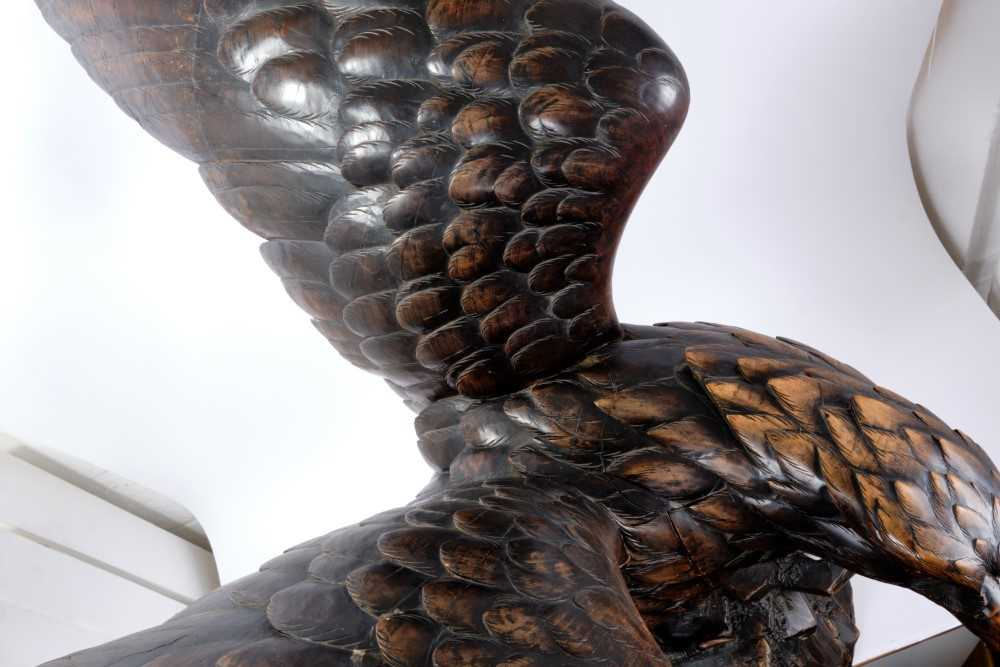 Exceptional late 19th / early 20th century Black Forest carved lindenwood figure of an eagle - Image 10 of 28